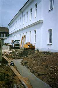 V červnu 2001 byly položeny základy přístavby nových tříd.